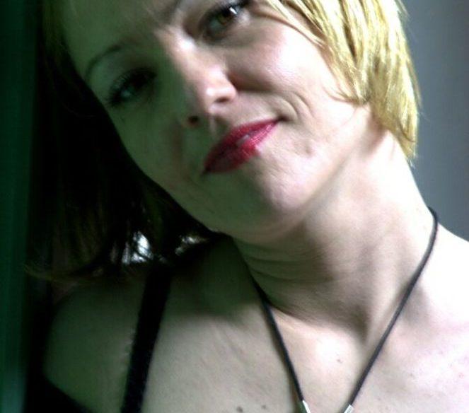 Blondine um die 40 mit Kurzhaarfrisur